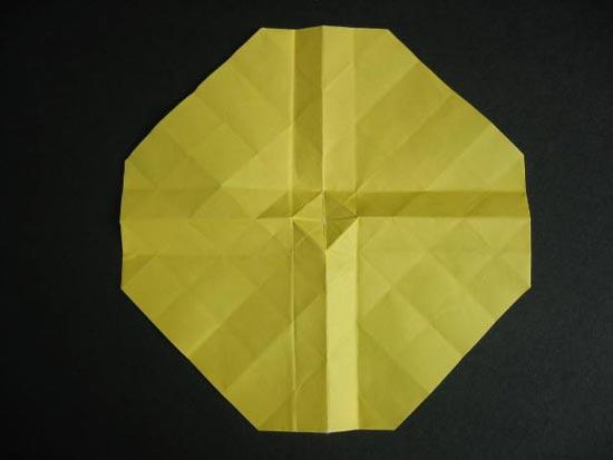 1准备一张正方形的纸,纸张质地不要太厚